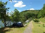 Zet je vouwwagen aan groot meer, Zuid-Frankrijk