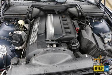 Grote foto bily bmw e39 520i sedan 2000 met schade auto onderdelen electronica en kabels