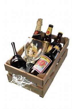Grote foto bierwagen van hout met flesje met naam diversen cadeautjes en bonnen