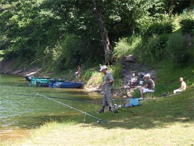 Grote foto vissen op een groot visrijk meer frankrijk watersport en boten roofvissen