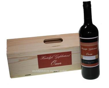 Grote foto houten wijnkist robot met wijn met naametiket diversen cadeautjes en bonnen
