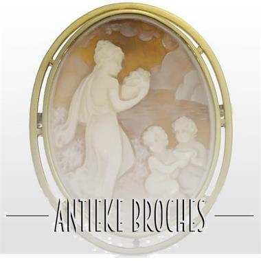 Grote foto verkoop van een ruim aanbod aan antieke broches sieraden tassen en uiterlijk medaillons en broches