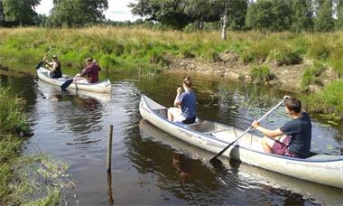Grote foto camping aan natuurmeer in zweden caravans en kamperen campings