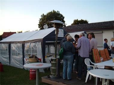 Grote foto partytent tuin en terras parasols en partytenten