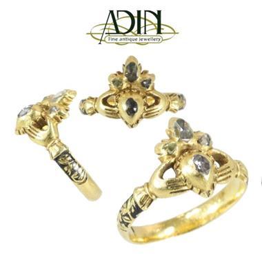 Grote foto oude ringen in alle kleuren en stijlen. sieraden tassen en uiterlijk ringen voor haar