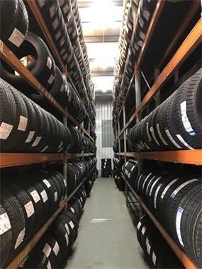 Grote foto bandenwissel wielenwissel monteren en balanceren diensten en vakmensen verhuur auto en motor