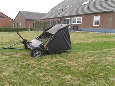 Grote foto grasveger mosveger bladveger veegmachine tuin en terras werktuigen