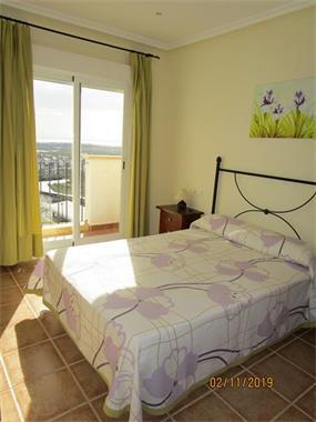 Grote foto aantrekkelijk appartement met uitzicht op de zee. huizen en kamers bestaand europa