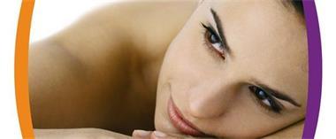 Grote foto gun jezelf een facial met biozuivere producten diensten en vakmensen schoonheidsspecialisten