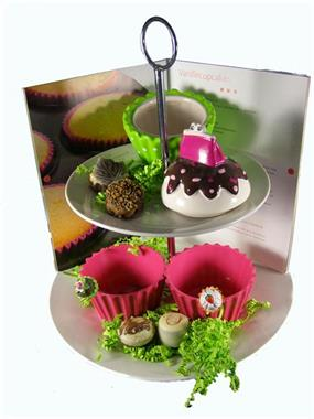 Grote foto cupcake cadeau op etagere met boekje diversen cadeautjes en bonnen