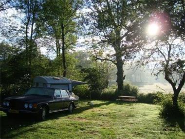 Grote foto sfeervol kamperen met veel genieten caravans en kamperen campings