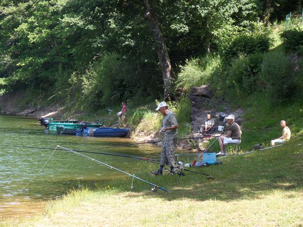 Grote foto vissen op een groot visrijk meer zuid frankrijk watersport en boten algemeen