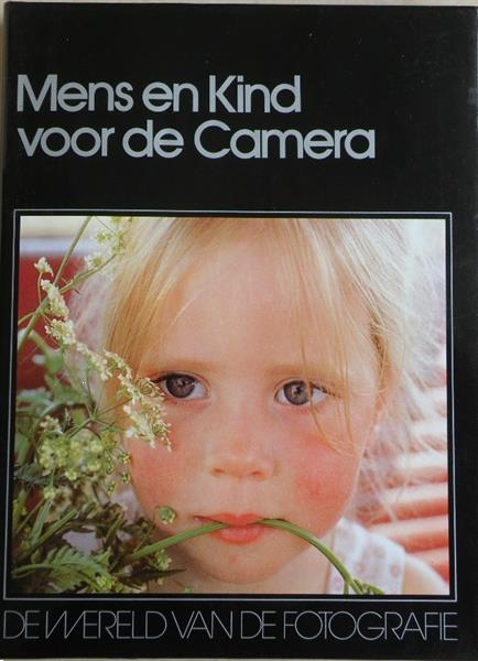 Grote foto mens en kind voor de camera. boeken fotografie en design