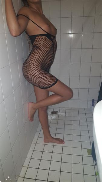 Grote foto slavin stephanie geeft haar 1ste gb party erotiek erotisch personeel