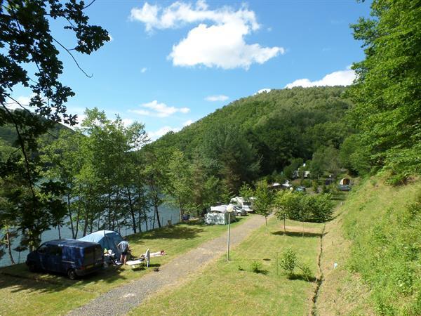Grote foto kleine camping aan een groot meer auvergne vakantie frankrijk