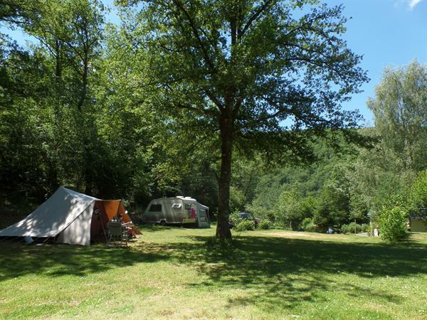 Grote foto kleine camping aan groot meer cantal auvergne vakantie frankrijk