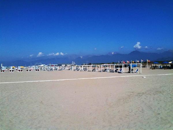 Grote foto stacaravan toscane aan zee op familie camping pisa vakantie strandvakanties