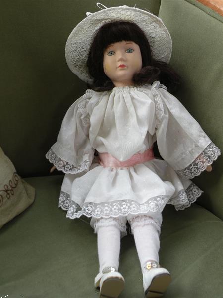 Grote foto pop witte jurk met rose ceintuur. lengte 43 cm. verzamelen poppen