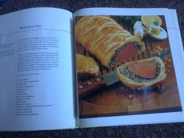Grote foto twee kookboeken 1 rundsvlees 2 microgolfoven boeken kookboeken