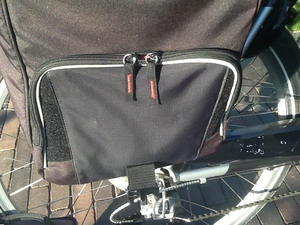 Grote foto twee fietstassen. fietsen en brommers tassen en buggydragers