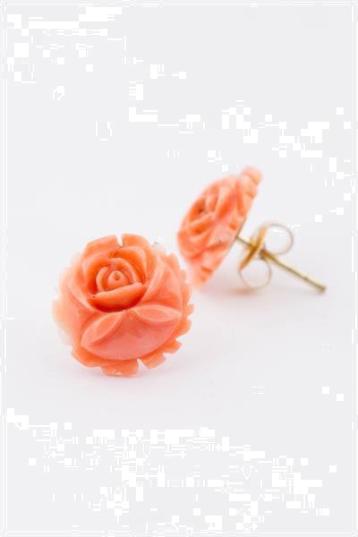 Grote foto bloem gesneden bloedkoralen oorknoppen sieraden tassen en uiterlijk oorbellen