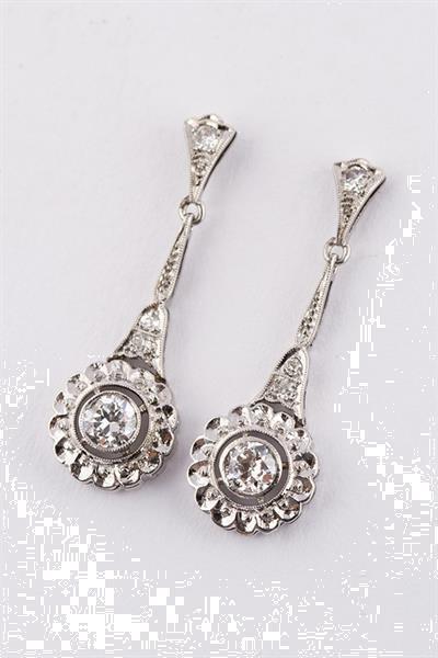 Grote foto wit gouden art d co oorhangers met briljant sieraden tassen en uiterlijk oorbellen