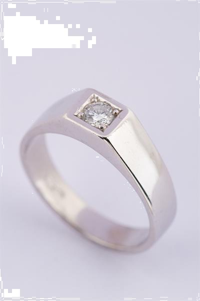 Grote foto wit gouden heren ring met een briljant sieraden tassen en uiterlijk ringen voor haar