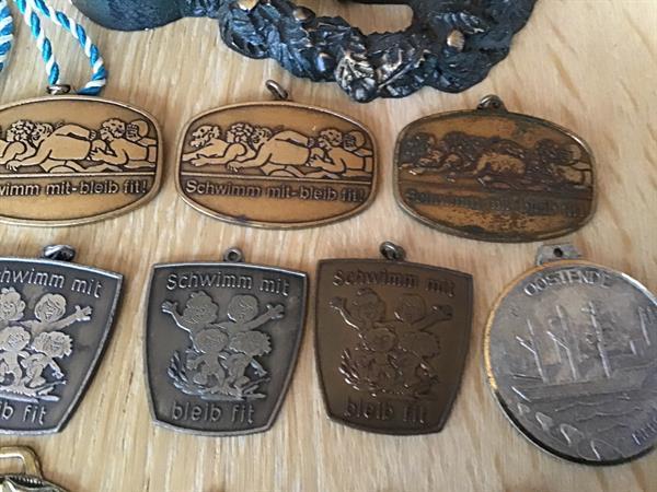Grote foto medailles allerlei muntstukken en pekkels verzamelen pennenverzamelingen